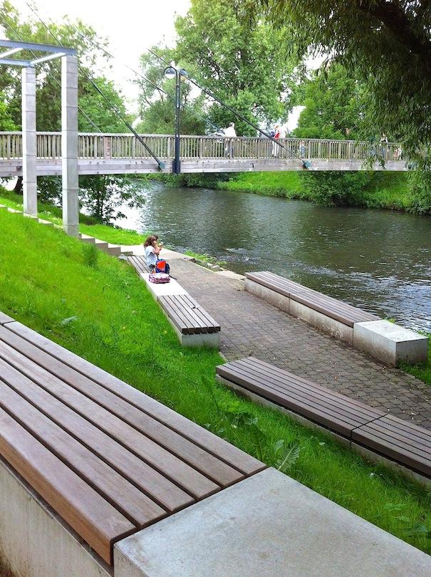 Ufer mit Sitzbänken